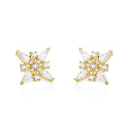 Imagem de fundo branco com par de brincos no centro da marca Sabrina Joias, código 1690189. Brinco folheado a ouro dourado, brinco quadrado formado por 4 zircônias gotas brancas de 0,7 cm, 5 zircônias pequenas redondas de 0,3 cm e 4 micro zircônias brancas ao centro de 0,1 cm.