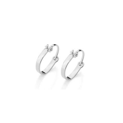 Imagem de fundo branco com par de brincos argola pequena lisa com fecho encaixe na cor prateada. Joia Rommanel, SKU 120336.