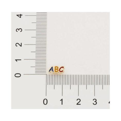 Imagem de fundo cinza, contendo régua na horizontal e vertical medindo o tamanho do brinco que está na imagem. Brinco infantil ABC com resina colorida. Brinco mede 2,1 cm de altura por 1,4 cm de largura.