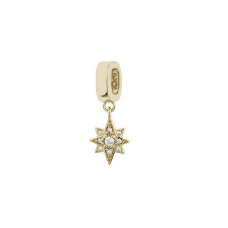 Imagem de fundo branco, contendo um berloque no formato de estrela 8 pontas com 9 micro zircônias brancas banhado a ouro 18k. Berloque da marca Sabrina Joias.