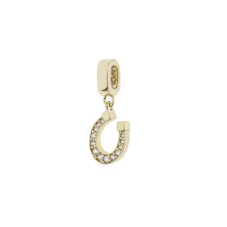 Imagem de fundo branco, contendo um berloque no formato de ferradura cravejado por 13 micro zircônias brancas banhado a ouro 18k. Berloque da marca Sabrina Joias.