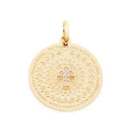 Imagem de fundo branco com pingente medalha religiosa, pingente contém uma mini cruz cravejada de zircônias no meio, medalha com detalhes vazados, pingente com trecho da oração pai nosso ao redor. Pingente banhado a ouro. Joia Rommanel, SKU 542066.